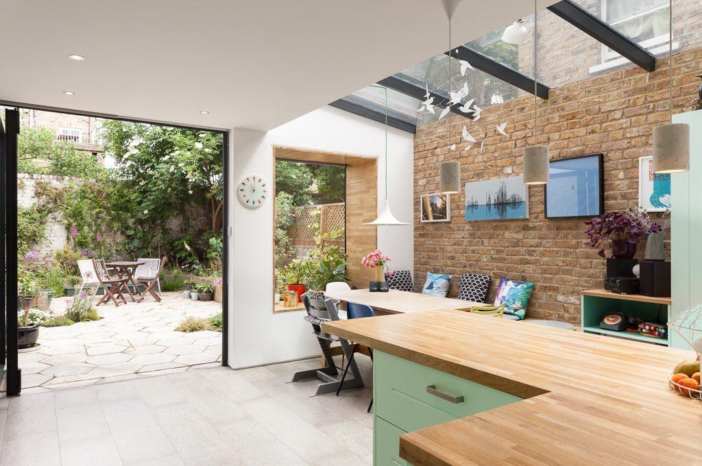 Una casa vittoriana ristrutturata con grandi vetrate e tanto verde