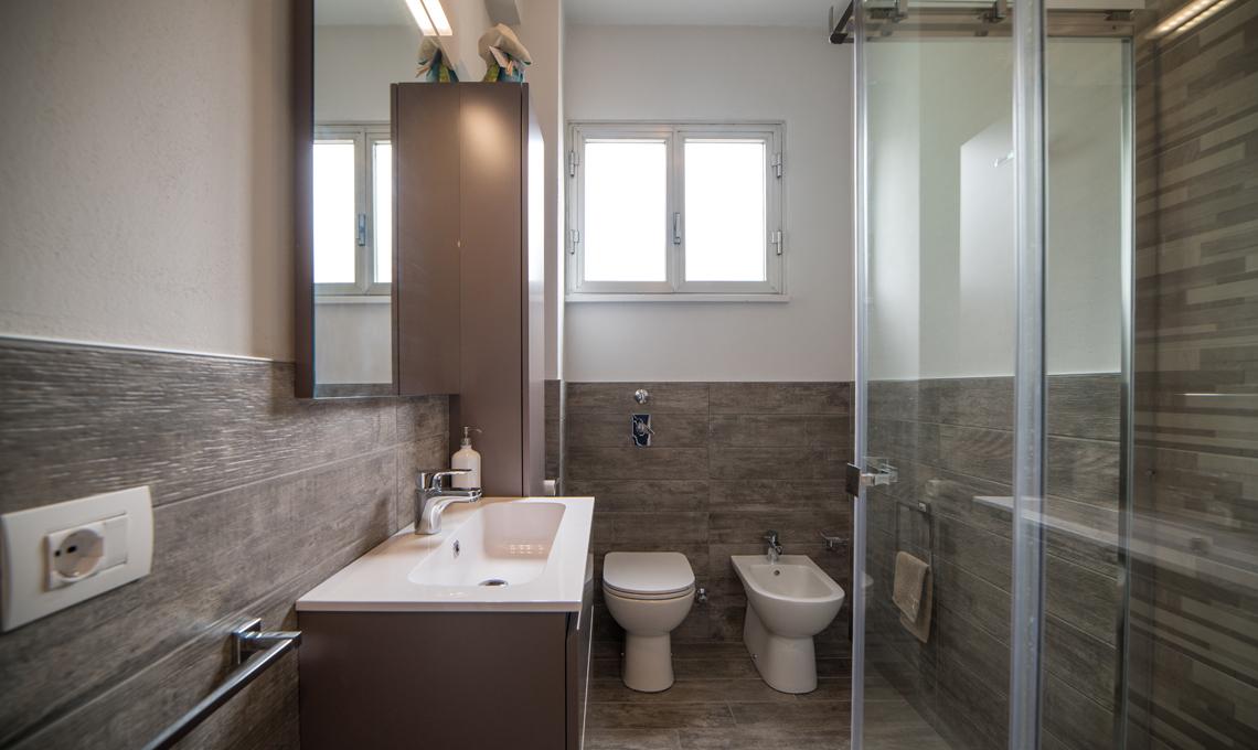 Bagno In Camera Piccolissimo : Il piccolo bilocale di mq diventa una casa luminosa e
