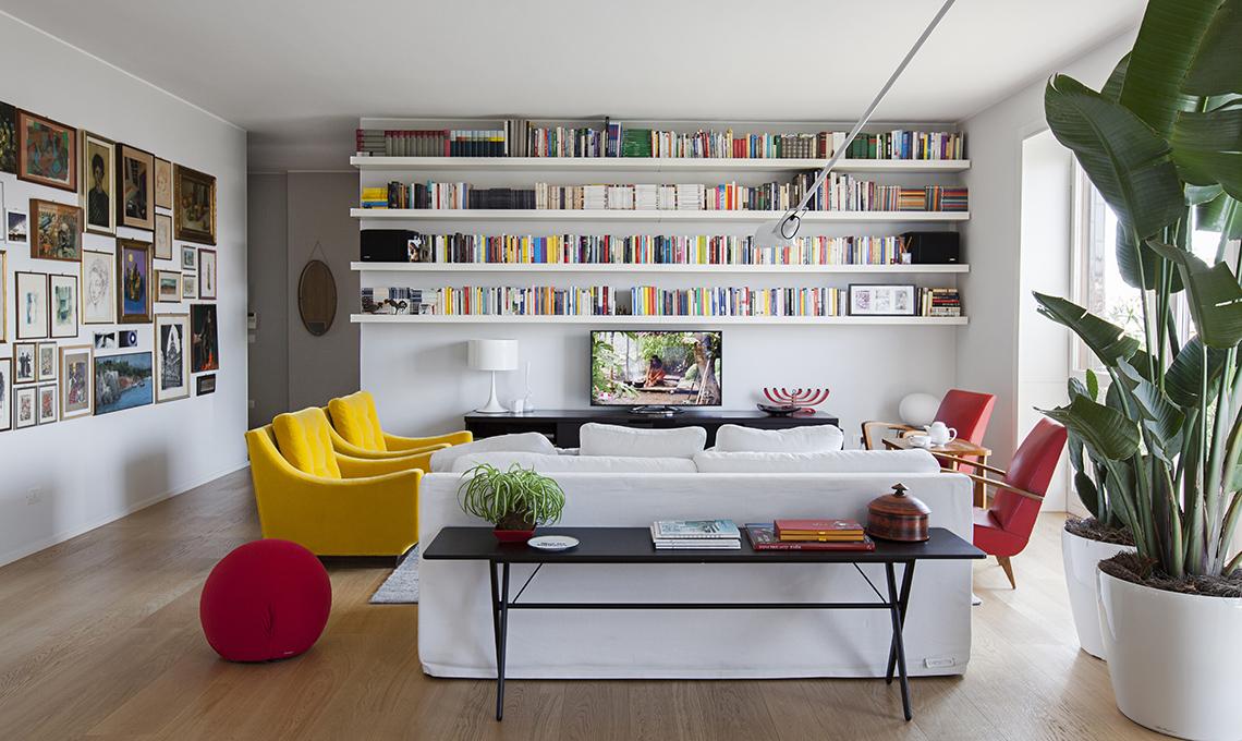 Un appartamento moderno arredato con mobili di famiglia e for Eames design di mobili