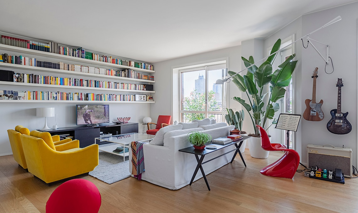 Un appartamento moderno arredato con mobili di famiglia e Soggiorno stile moderno