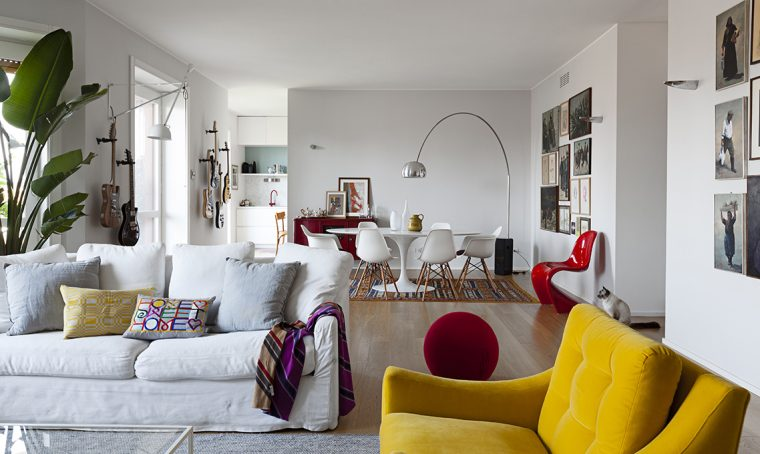 Un appartamento moderno arredato con mobili di famiglia e di design