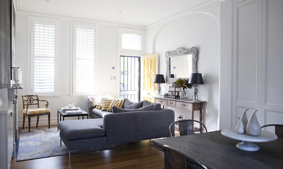soggiorno divano grigio
