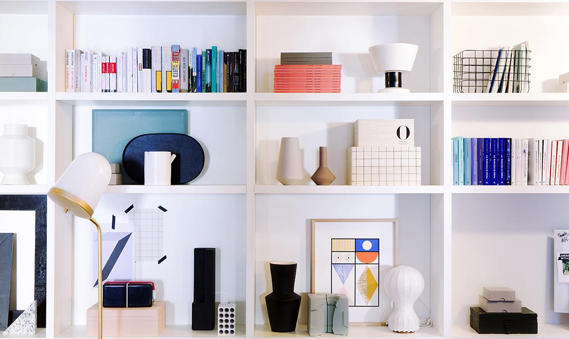 libreria con oggetti décor