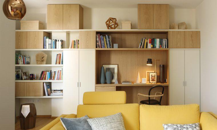 Una grande parete attrezzata: la libreria si trasforma in angolo studio