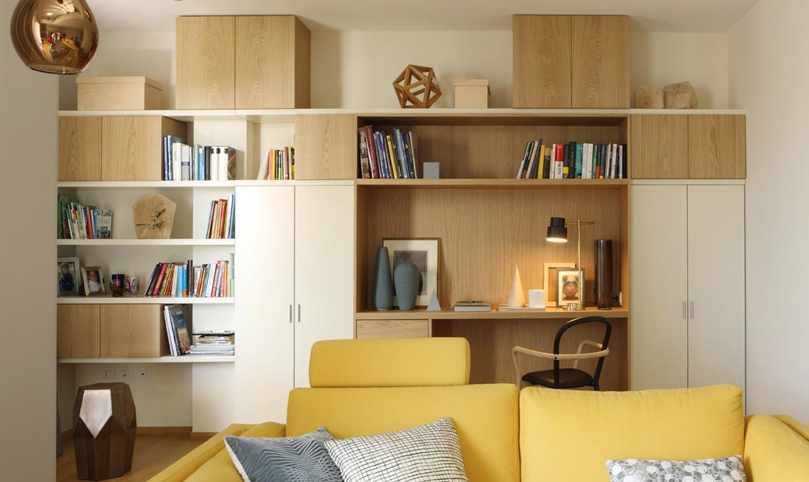 Una grande parete attrezzata la libreria si trasforma in angolo studio casafacile - Parete attrezzata ingresso ...
