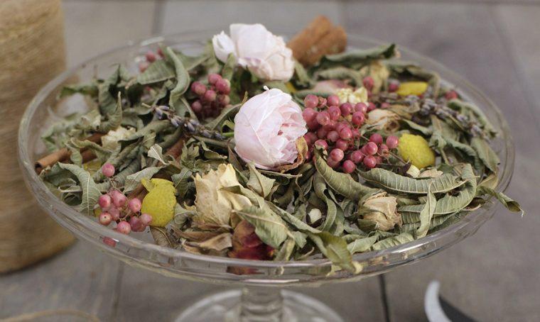Pot-pourri fai da te con fiori ed erbe essiccate