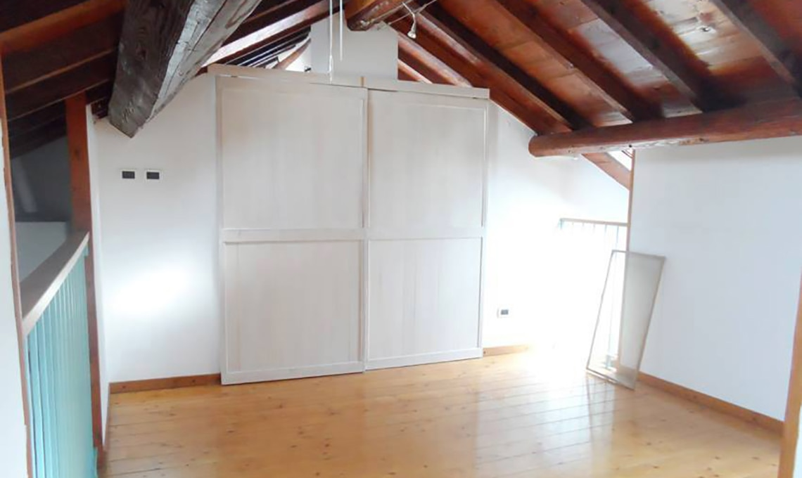 Soffitto a travi dal legno scuro al bianco casafacile for Finte travi di legno