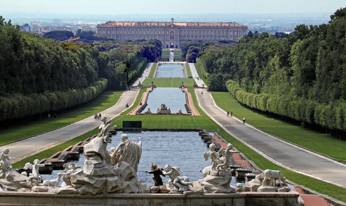 Reggia di Caserta, prospettiva dalla fontana di Venere e Adone_[foto Panoramio]