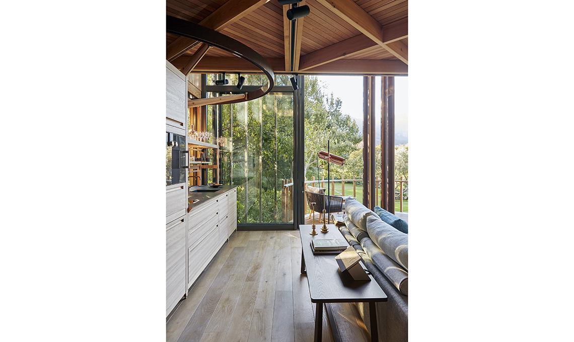 cucina a vista su soggiorno