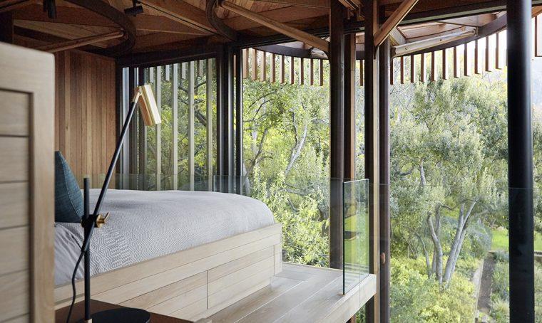 letto su pedana in legno