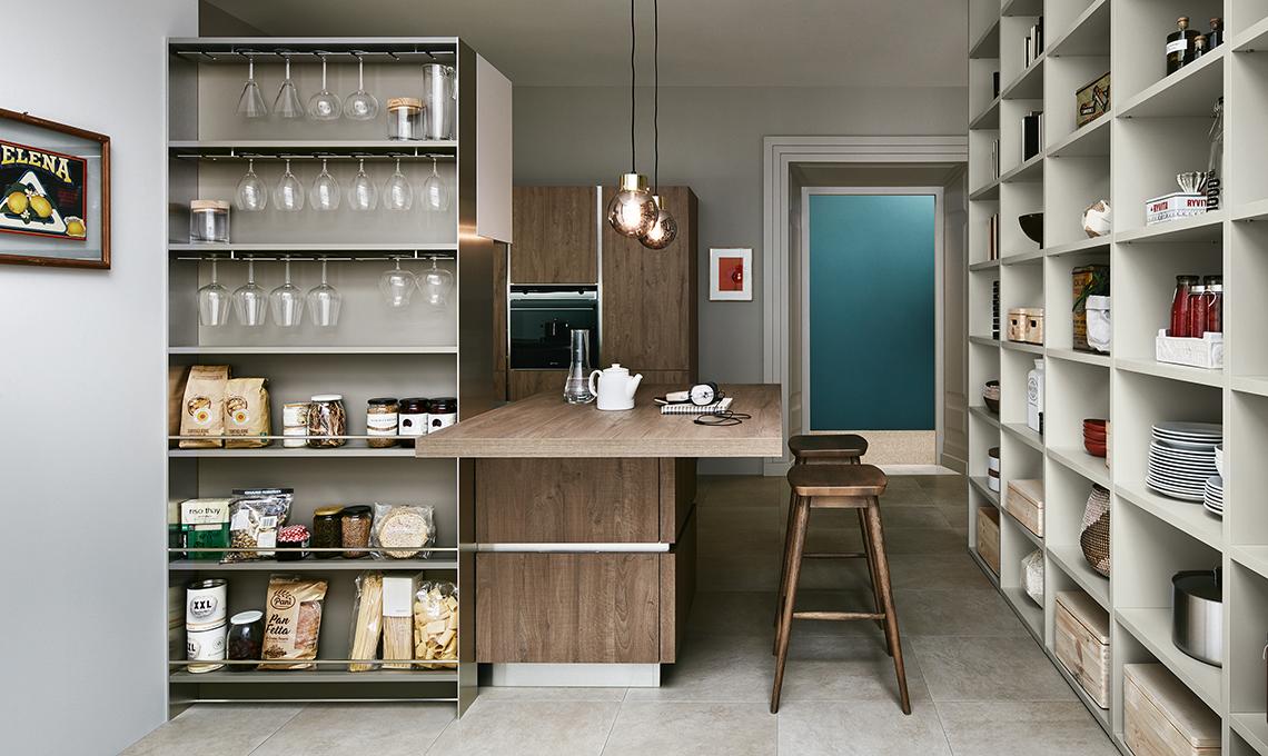 La dispensa a vista nella libreria superorganizzata - Armadio dispensa cucina ...
