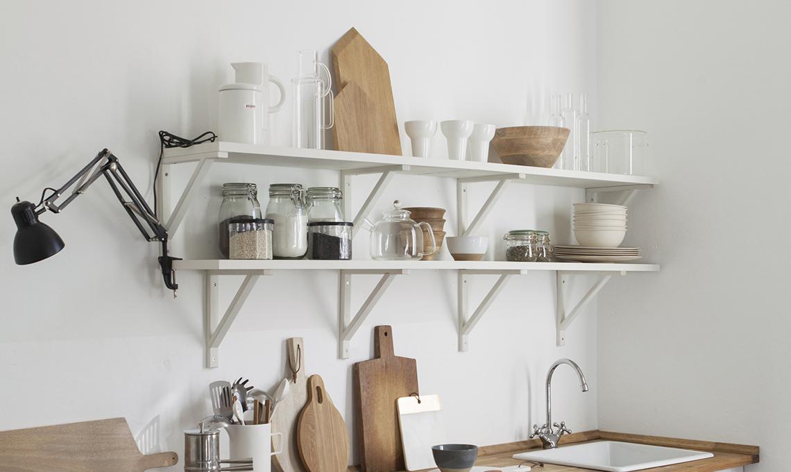 4 idee per trasformare i mobili ikea pi classici casafacile for Quadri cucina ikea