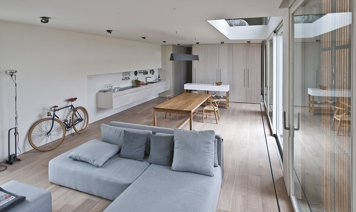 L 39 ex fienile si trasforma in un open space minimal pieno for Pavimenti per cucina e soggiorno