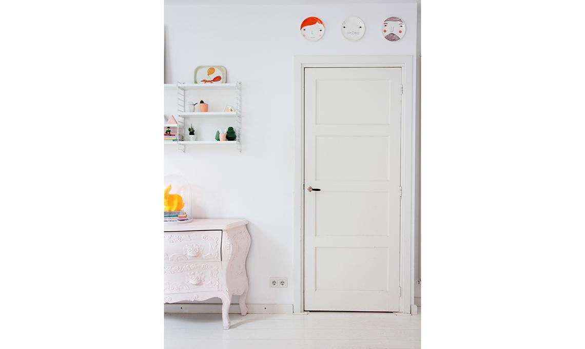 porte e pavimenti dipinti di bianco
