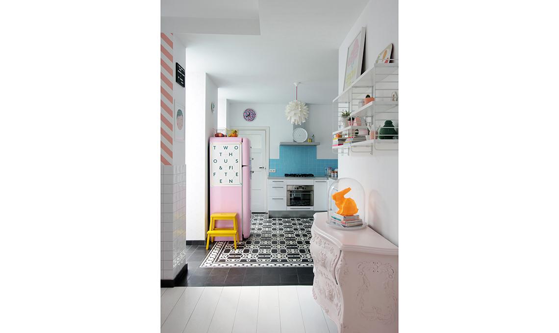 Una casa in stile nordico con colori pastello e carte da parati