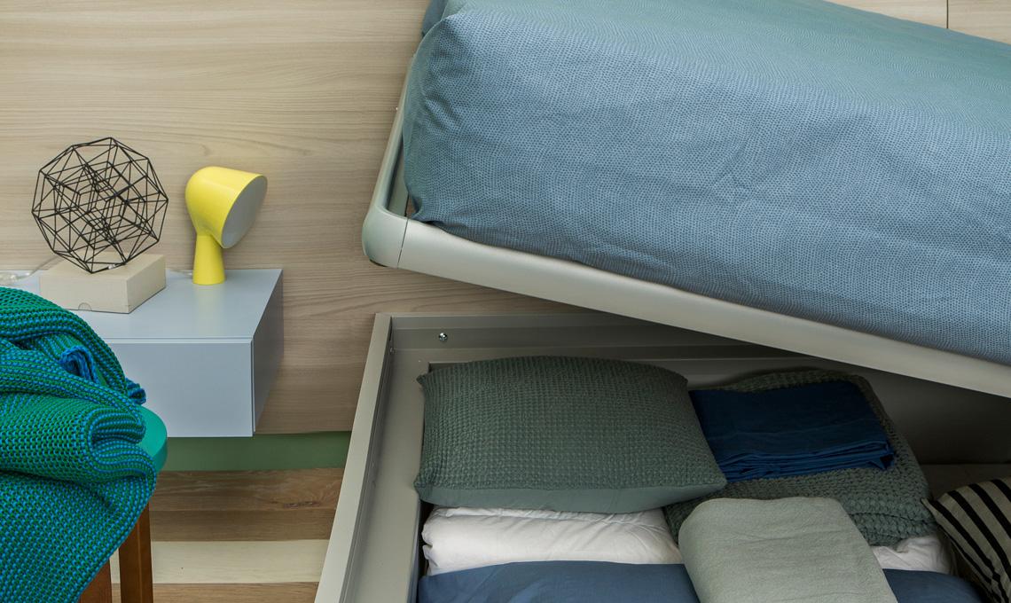 Se devi cambiare letto, non avere dubbi: anche se hai molto spazio in casa, scegli un letto contenitore [foto Giandomenico Frassi, styling Giovanna Fra]