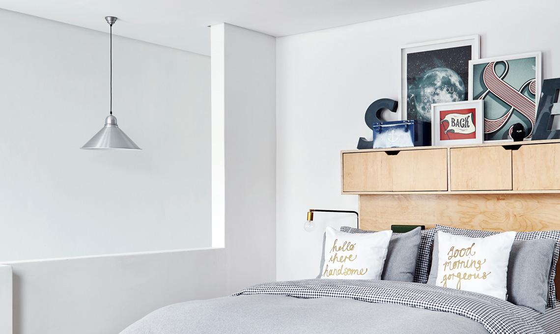 La testiera composta da ripiani e contenitori permettono di sostituire i comodini in maniera alternativa [foto Living Inside]