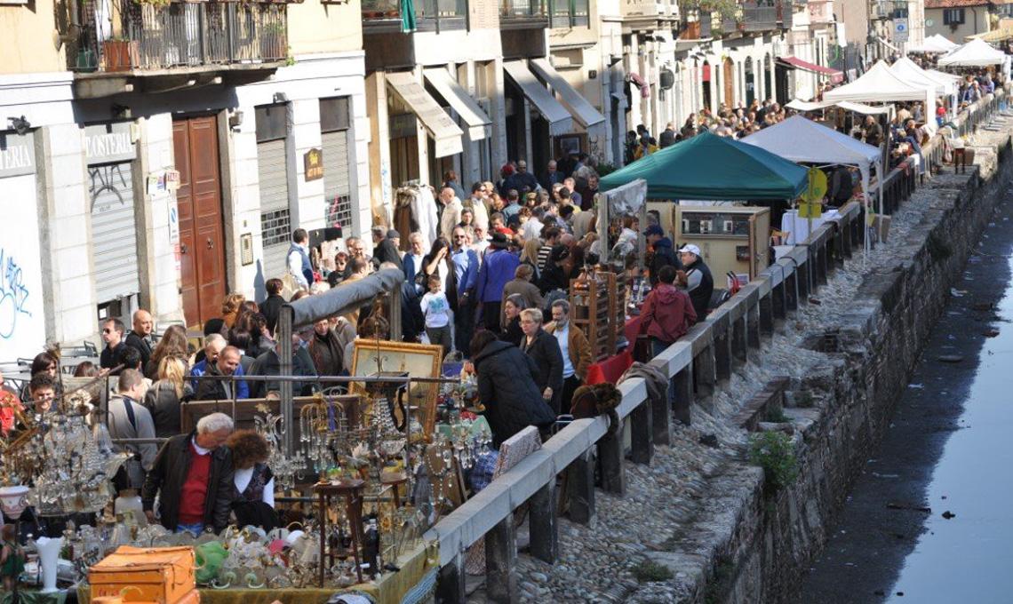 Il mercato dell'antiquariato di Milano sul Naviglio Grande, ultima domenica del mese