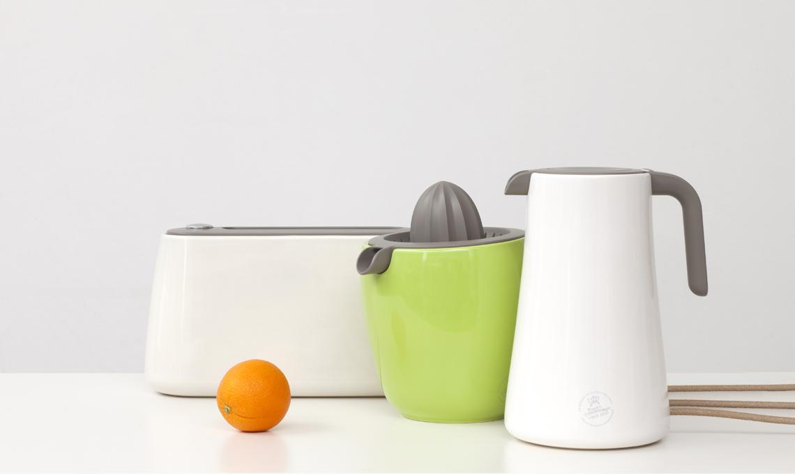 Accessori da cucina come il tostapane o lo spremiagrumi in versione ceramica: funzionali e belli da lasciare a vista Moduli combinabili Grape per organizzare le bottiglie di vino, a terra o a parete (Robert Bronwasser per Concept)
