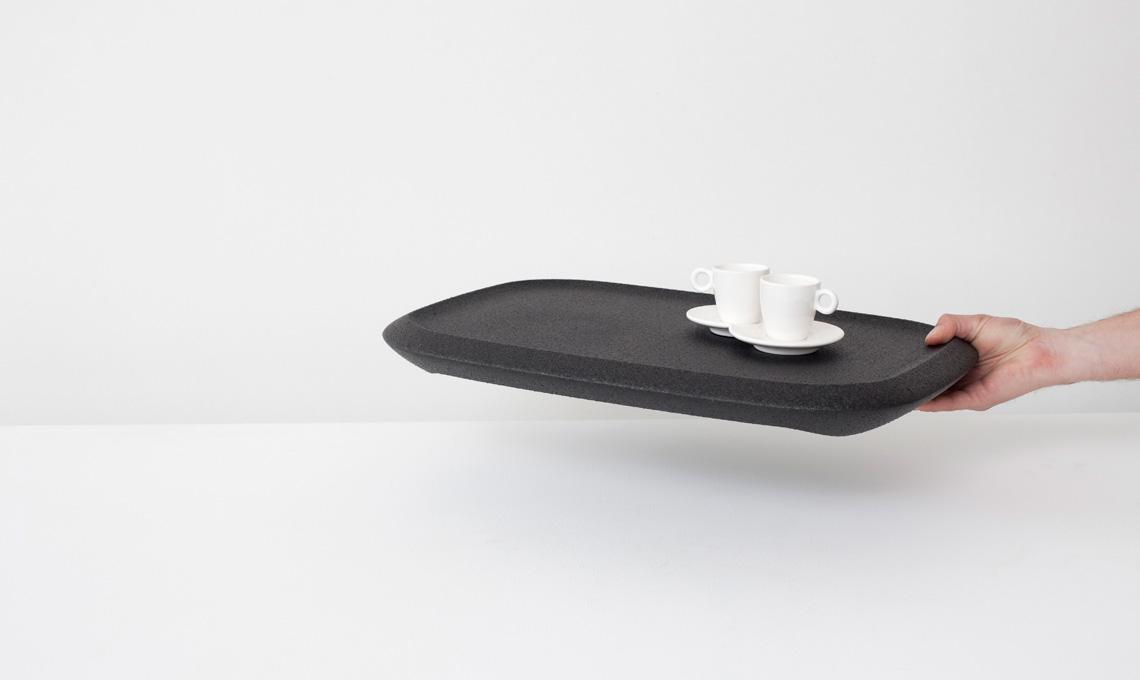 Vassoio James in polipropilene espanso: il materiale lo rende leggerissimo ed è ideale anche come appoggio per il computer portatile (Robert Bronwasser per Goods)