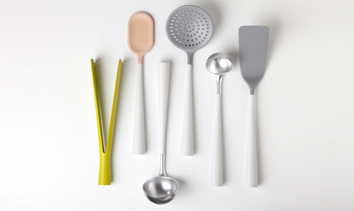 Utensili da cucina belli e funzionali: una calamita è nascosta al loro interno e permette di appenderli a un binario di metallo senza ganci (Robert Bronwasser per Concept)
