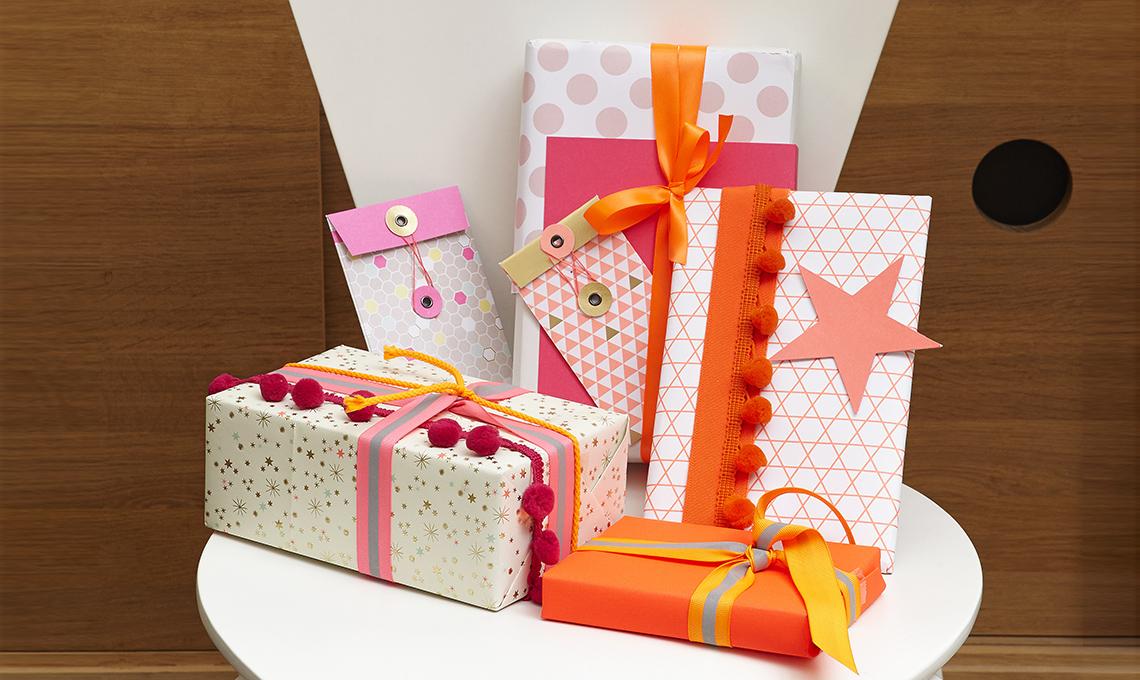Idee per pacchetti di natale coloratissimi casafacile for Pacchetti soggiorno regalo
