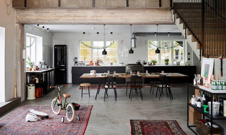 Pavimenti in cemento e tappeti persiani per una casa in stile industriale