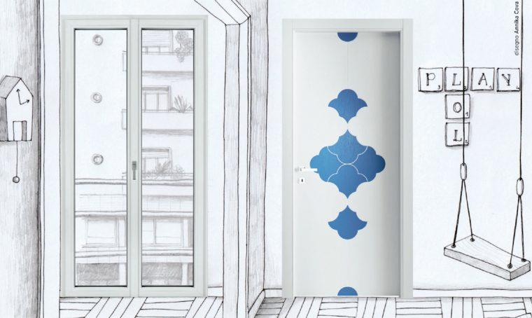 Portafinestra minimal abbinata alla porta decorata: stile creativo