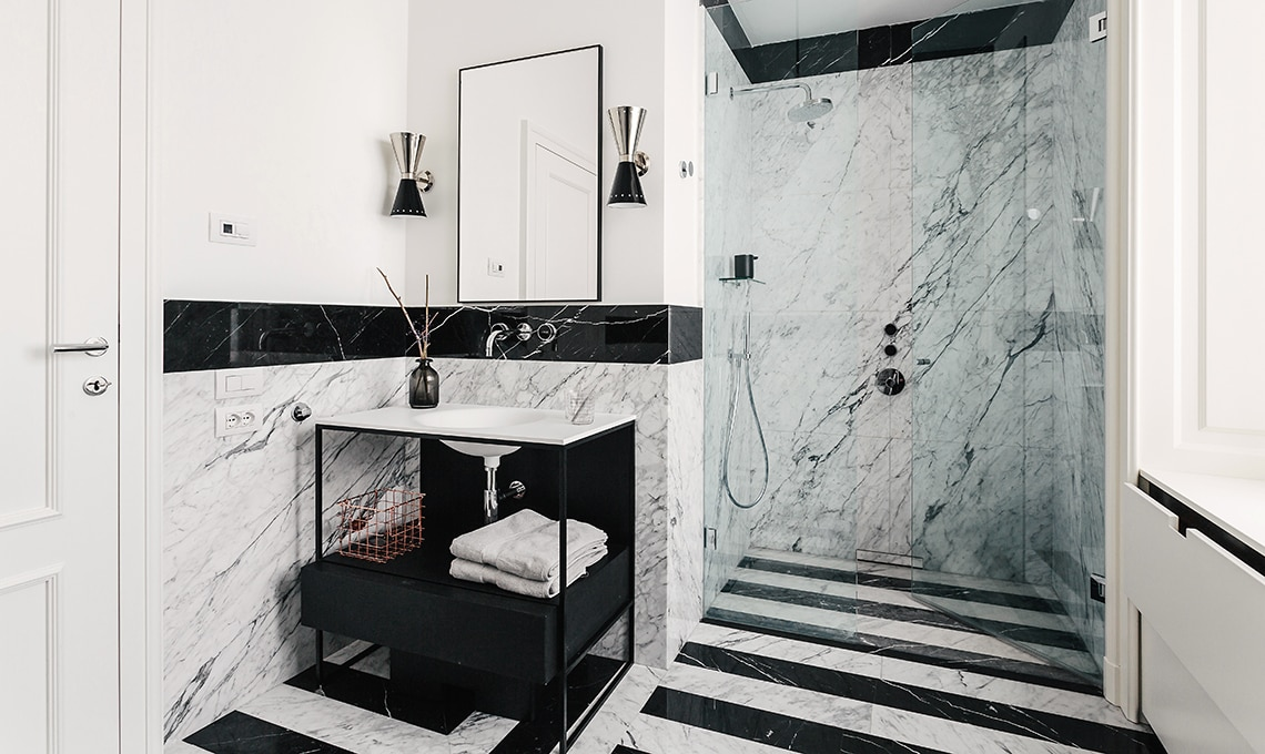 una casa in bianco e nero tra classico e contemporaneo