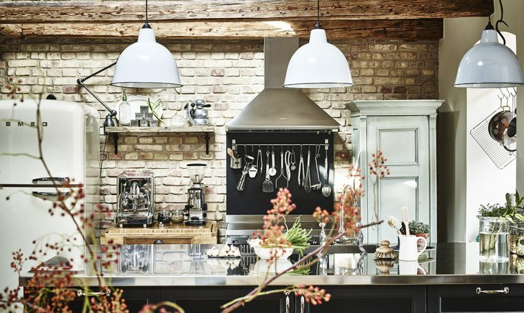 Travi in legno, mattoni a vista e arredi vintage per una casa ricca di fascino