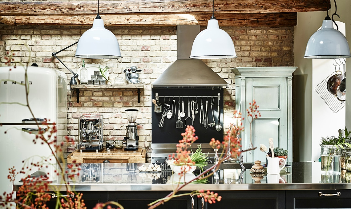Pavimenti Cucina E Soggiorno : Travi in legno mattoni a vista e arredi vintage per una