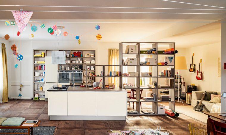 La libreria multifunzione per la cucina a vista