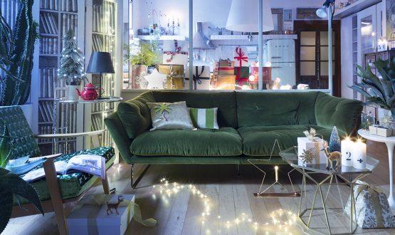 Divano di velluto e luci di Natale a casa del direttore