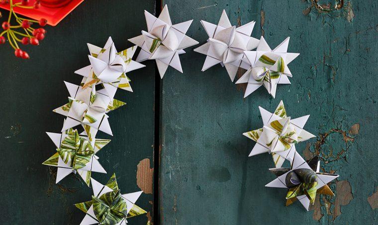 Ghirlanda natalizia di fiocchi di carta