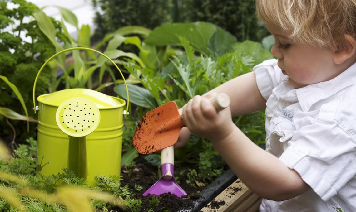 bimbi e giardinaggio