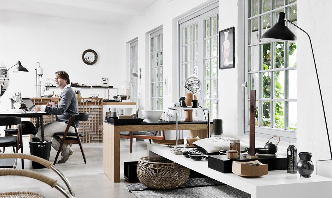 Arredi in legno e pareti scure per scaldare il bianco e for Arredare casa in bianco