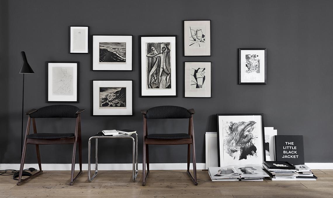 Arredi in legno e pareti scure per scaldare il bianco e for Parete attrezzata bianca e nera