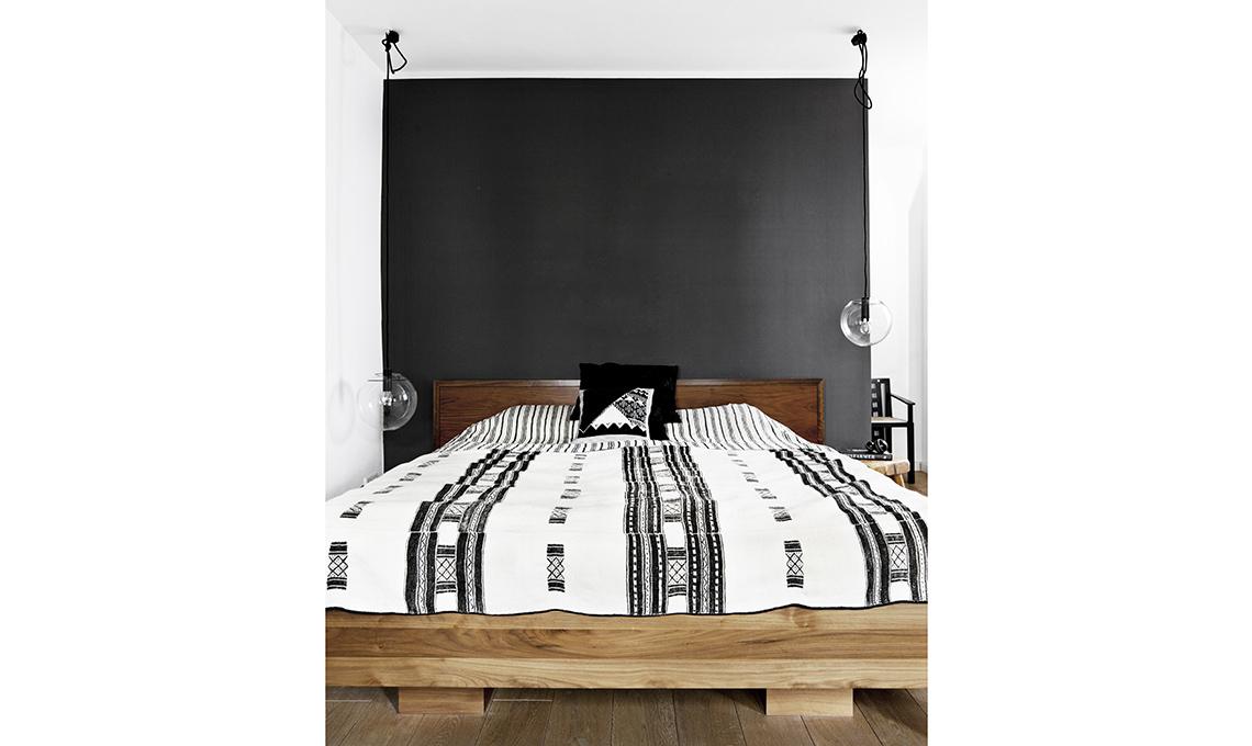 Arredi in legno e pareti scure per scaldare il bianco e for Parete dietro letto