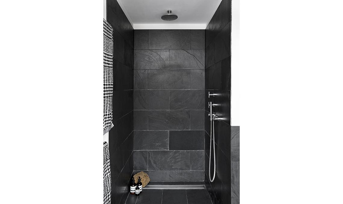 Arredi in legno e pareti scure per scaldare il bianco e - Scaldare il bagno elettricamente ...