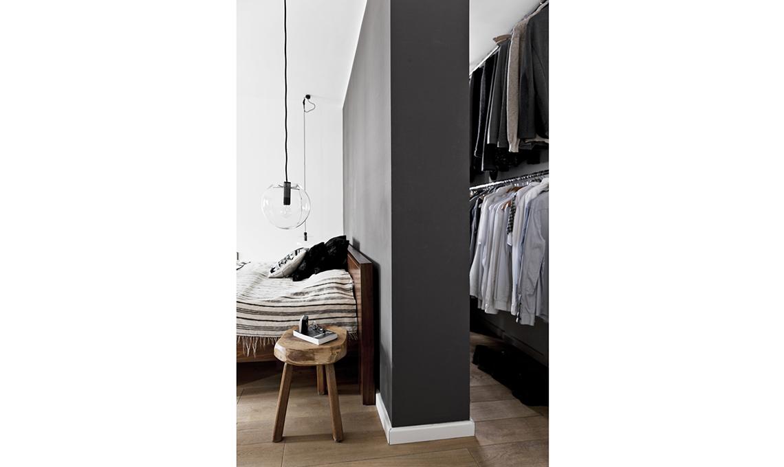Arredi in legno e pareti scure per scaldare il bianco e nero casafacile - Cabina armadio dietro il letto ...