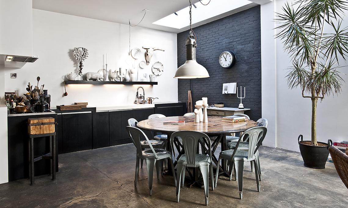 Arredare con pavimento scuro e dettagli in stile etnico for Pavimenti per cucina e soggiorno
