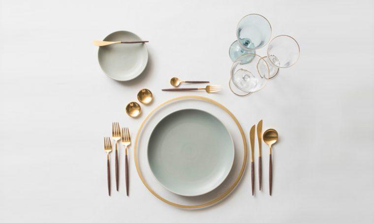 Apparecchiare la tavola in stile minimal con posate dorate