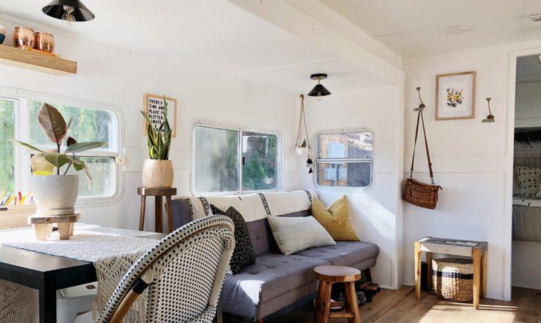 L 39 ex fienile si trasforma in un open space minimal pieno for Mini case interni