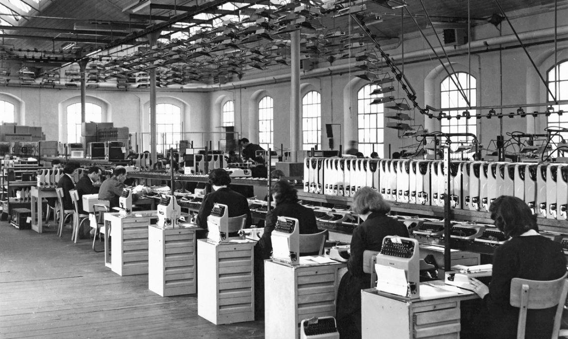Linea di collaudo delle macchine per scrivere portatil Lettera 22 nello stabilimento di Agliè (1958)