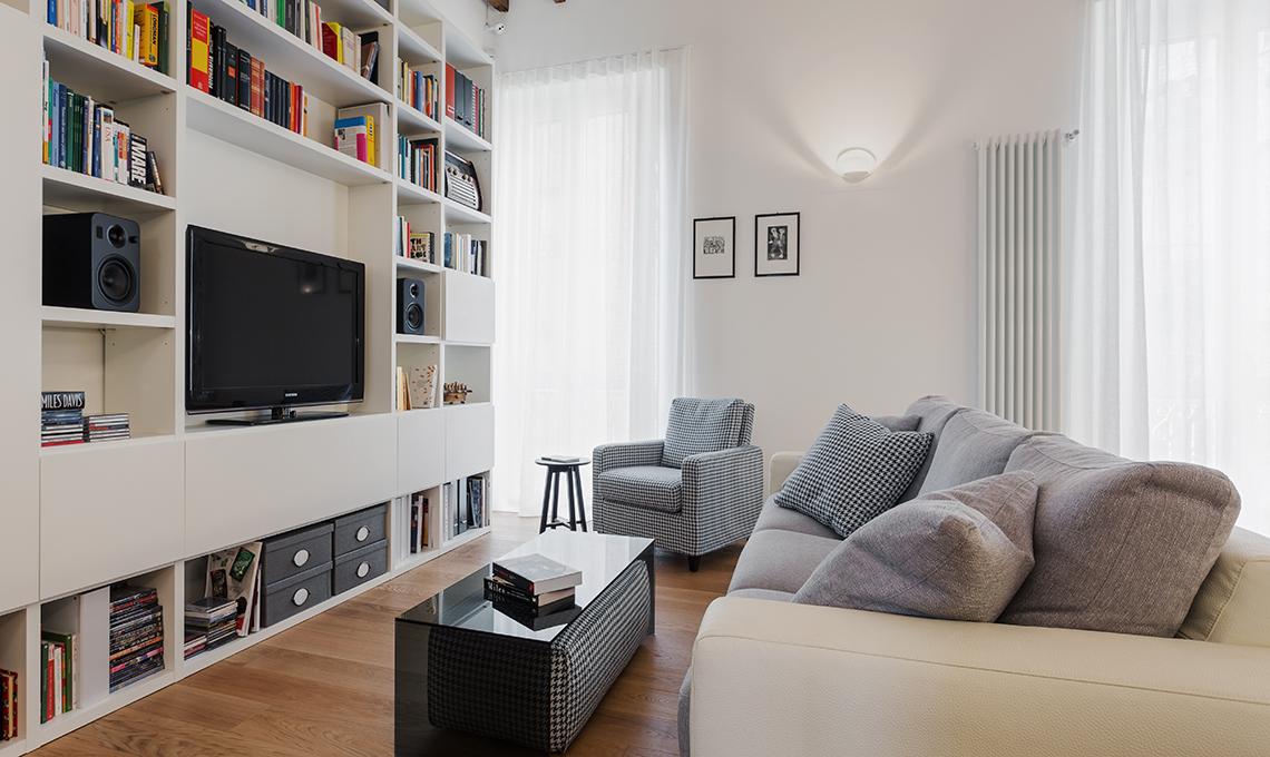 Soggiorno e cucina a vista con locale dispensa casafacile - Cucine per miniappartamenti ...