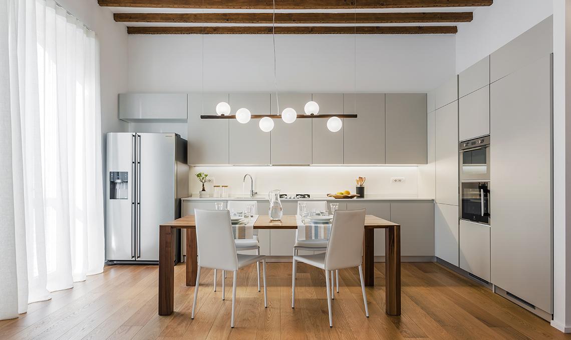 Soggiorno e cucina a vista con locale dispensa casafacile for Idee arredamento soggiorno fai da te