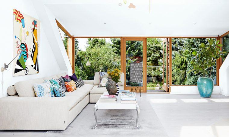 Ingrandire casa aggiungendo un piano in più con grandi vetrate