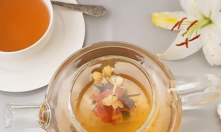 I fiori del tè portano in tavola la primavera