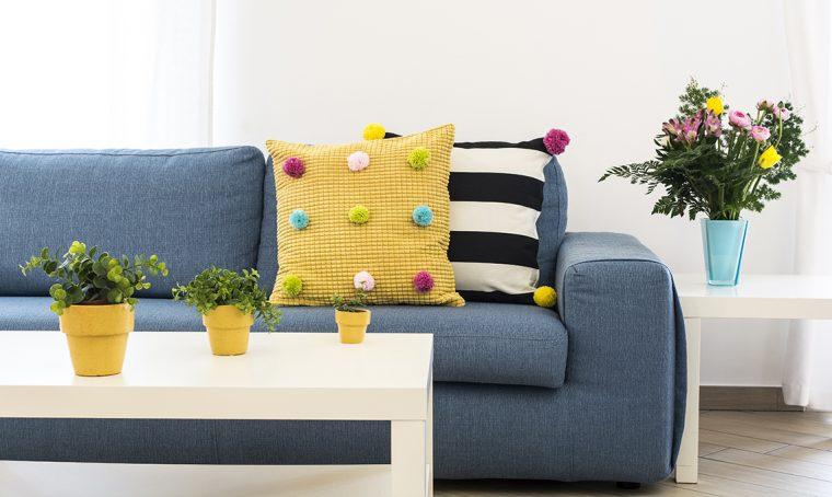 Un cuscino a pois: fast re-fashion per il tuo soggiorno