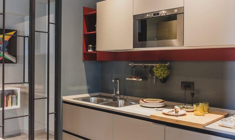 Soggiorno doppio con cucina a vista e studio, camera con cabina armadio e bagno